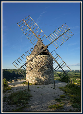 Frontalsicht der WIndmühle von Boulbon, Provence