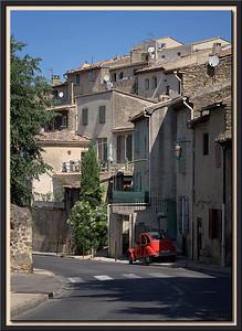 Roter Peugeot 2CV an der Dorfstrasse